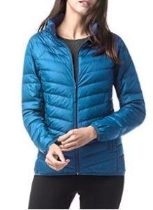 Abrigo de plumas de color azul intenso ideal para vestir cómoda y a la moda durante el invierno.