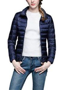 Dama con abrigo de plumas corto ligero y portátil de tonalidad oscura para el invierno.