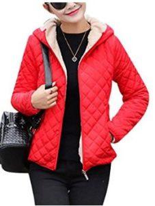 Mujer hermosa vistiendo un abrigo de plumas barato ligero con bolsillos laterales color rojo.
