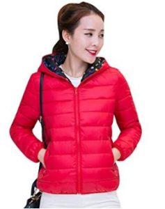 Abrigo de plumas corto ligero ideal para calentar en invierno con bolsillos laterales y cierre en el frente.